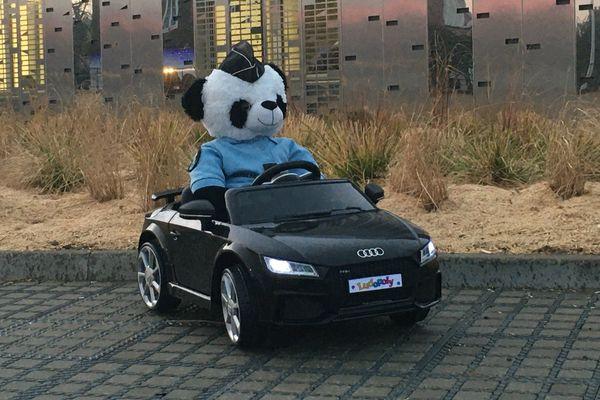 La mascotte panda dans sa voiture électrique accueille les enfants-victimes à brigade de prévention de la délinquance juvénile de la gendarmerie d'Arras.