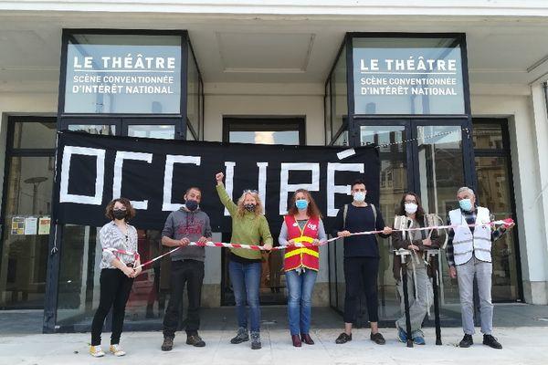Une dizaine d'intermittents du spectacle ont témoigné leur colère, devant le théâtre d'Auxerre.