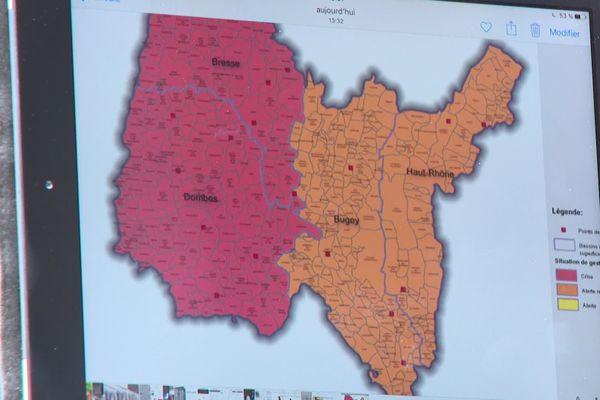La carte de la sécheresse dans l'Ain affichée sur une tablette.