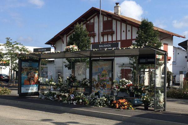 L'arrêt de bus où a été mortellement agressé Philippe Monguillot est toujours fleuri, trois semaines après après le drame.
