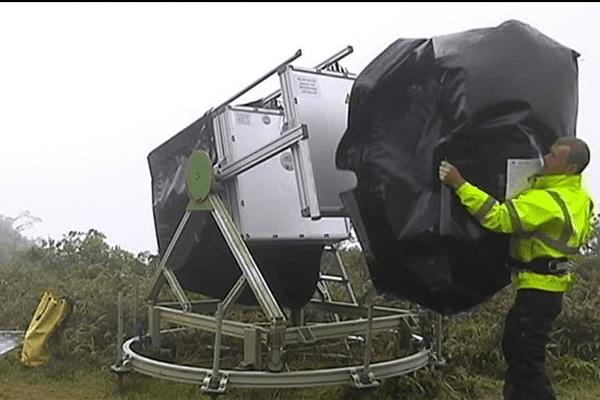 Un géophysicien est chargé de la maintenance de l'appareil.