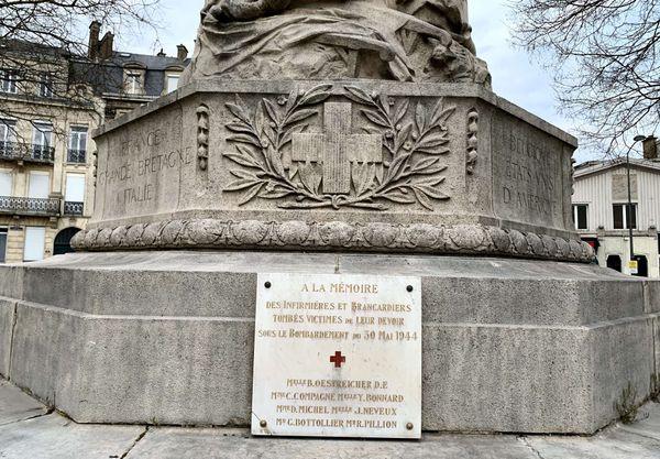 Une plaque en hommage aux infirmières et brancardiers victimes de leur devoir.
