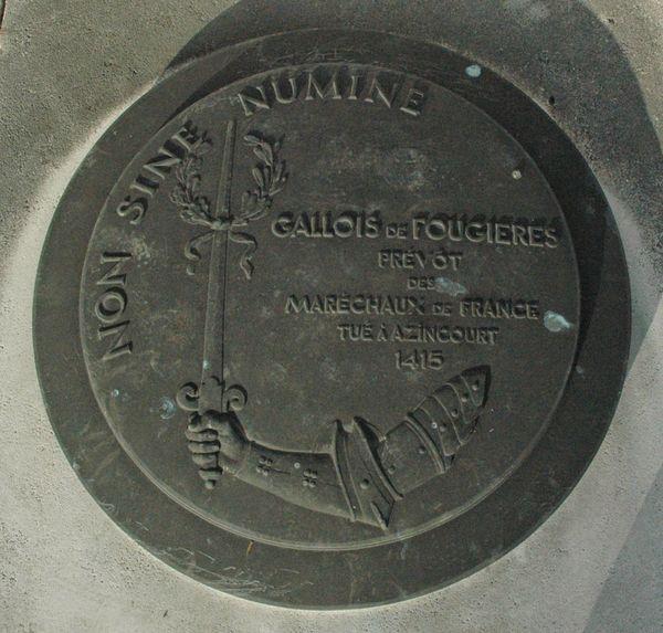 Le bouclier d'airain sous lequel reposent les restes de Gallois de Fougières.