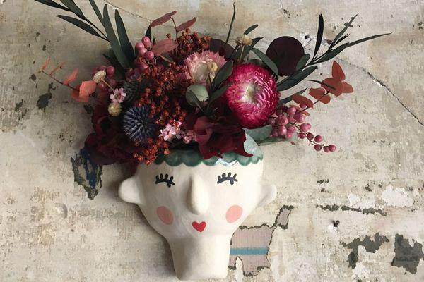 Un création en duo de la fleuriste Ladybloomberry et de la céramiste Labimbeloteriedely que vous pouvez emporter à la boutique Les glorieuses de Nancy.