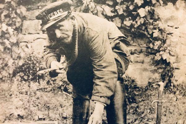 """""""Jean Serpent est mort"""" titrait le quotidien La Montagne le lendemain du décès du chasseur de vipères Michel Vergne dit """"Jean Serpent"""" en 1921"""