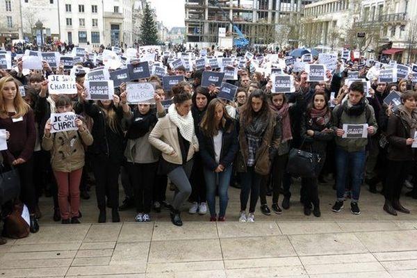 Des lycéens réunis ce jeudi matin devant la mairie de Poitiers.