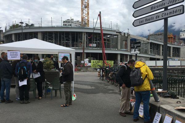 Devant le chantier du parking Ravet à Chambéry, les opposants ont monté une tonnelle et engagé le dialogue avec des passants à Chambéry le lundi 8 juin.