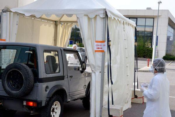A Narbonne, un système de drive a été mis en place pour les personnes qui viennent se faire dépister, afin qu'elles restent dans leur voiture. Ici le 27 mars.