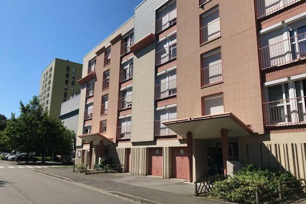 La bagarre a eu lieu samedi soir devant cet immeuble, situé rue de Suisse dans le quartier des Sablons au Mans.