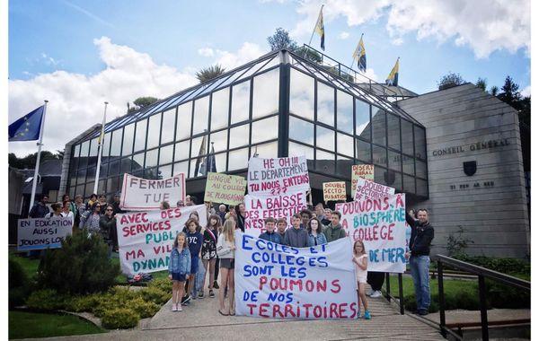 Elèves, enseignants, parents d'élèves et élus lors de la manifestation du 6 juillet devant le Conseil départemental du Finistère