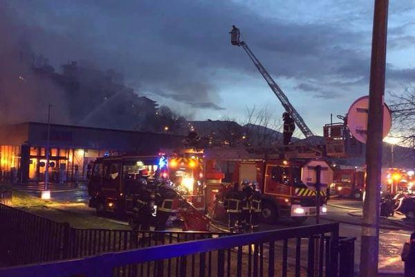 Le supermarché a été totalement détruit par les flammes.