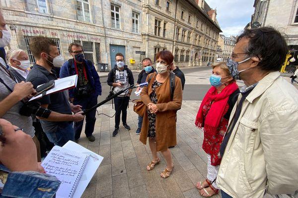 Anne Vignot (en brun), accompagnée de Benoît Cypriani (en beige), en charge de la sécurité, de la lutte contre les incivilités, de la tranquillité publique et Marie Zehaf (en rouge), en charge de la voirie de proximité, propreté des espaces publics.