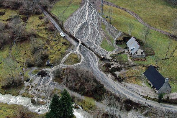 La route entre Artigues et Gripp est coupée par une coulée de boue. 14 décembre 2019.