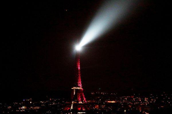 Le monument parisien illuminé en violet pour rendre hommage à Charles Aznavour.