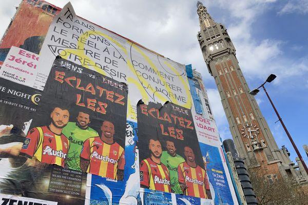 Des affiches lensoises placardées dans quelques endroits stratégiques à Lille, ici au pied du beffroi