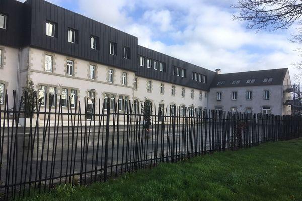 Le collège Saint-Joseph à Landivisiau où plusieurs élèves sont tombés d'une passerelle en bois