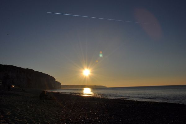Le soleil ne sera guère gêné par les nuages, à l'horizon des côtes normandes...