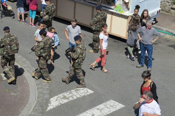 Des militaires de la force sentinelle camouflés parmi les festivaliers dans les rues de Coutances pendant Jazz sous les pommiers