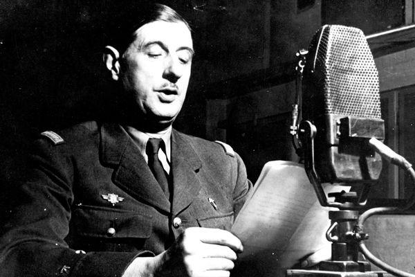 Le général de Gaulle au micro de la BBC en octobre 1941. Aucune photographie n'a été réalisée lors du premier Appel le 18 juin 1940.