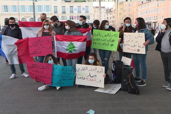 """Marseille le 20/03/2021 - """"Les banques libanises ont des branches à Monaco et sur les Champs-Elysées et mon avenir me file sous le nez"""" , peut-on lire sur des pancartes d'étudiants libanais."""