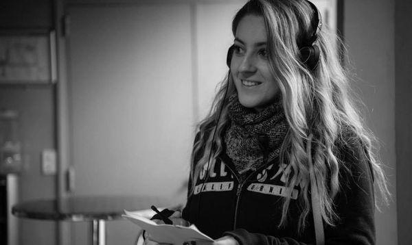 """Sydney Wattiez sur le tournage de la série """"Section de recherches"""" sur la Côte d'Azur."""