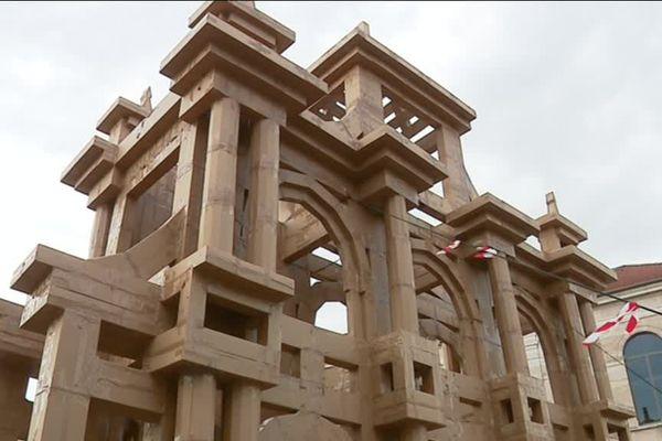 L'arc de triomphe en carton conçu par Olivier Grossetête d'après Vauban a pris place devant le musée des Beaux-Arts de Besançon le samedi 7 juillet.