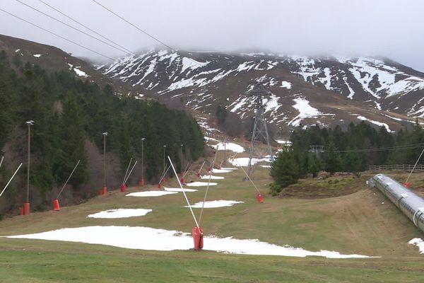 La neige se fait rare en bas des pistes du domaine du Lioran, dans le Cantal, suite à de mauvaises conditions climatiques.