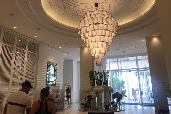 A l'hôtel Martinez, un établissement 5 étoiles à Cannes, la clientèle actuelle est française, suisse, allemande à cause de la réduction du trafic aérien.