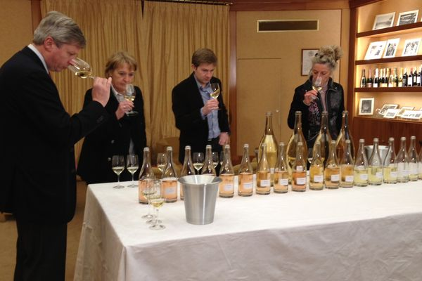 Assemblages 2012 chez Louis Roederer. Séance de dégustation des vins clairs par Jean-Baptiste Lécaillon, chef de cave, et son équipe d'oenologues