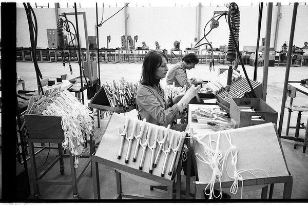 Une ouvrière dans l'usine Moulinex de Saint-lô en 1975