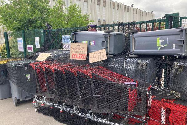 Des poubelles bloquent l'entrée du lycée Descartes pour empêcher l'accès à l'établissement