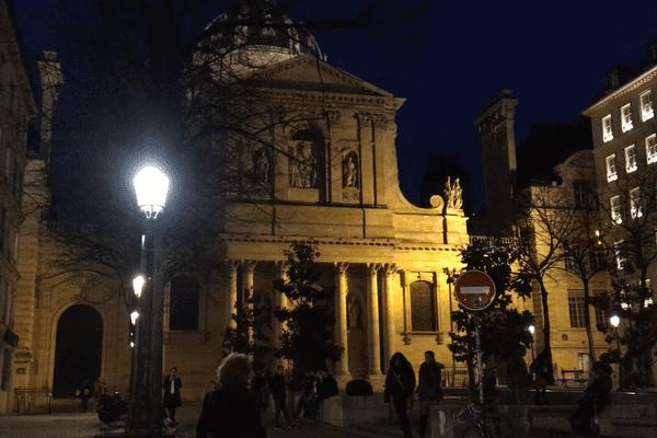 Une visite consacrée à Mai 68, devant la Sorbonne.