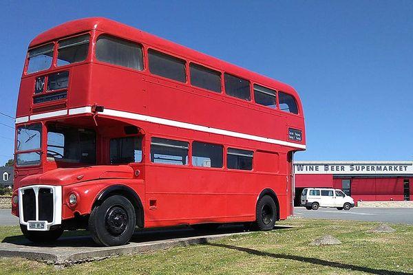 Le bus à étage londonien du Wine Beer Supermarket à Roscoff, qui attend le retour de la clientèle britannique