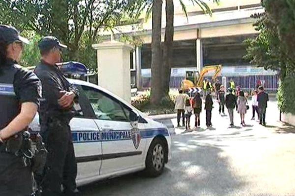 Une équipe de la police municipale devant la synagogue à Cannes.