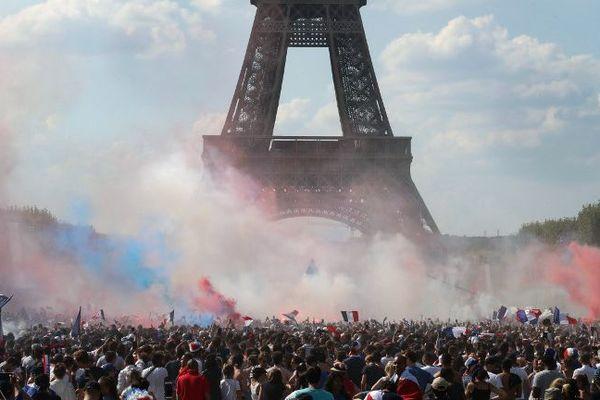 L'ambiance sur le Champ de Mars pour la finale de la Coupe du Monde 2018
