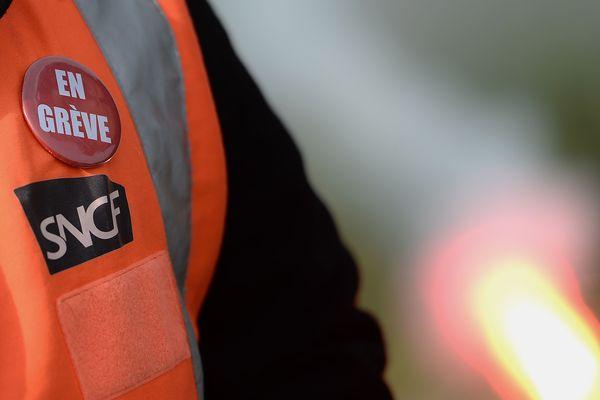 La grève à la SNCF à l'appel des quatre syndicats représentatifs se traduira mardi par un TGV sur huit et, en régions, un TER sur 5 en moyenne. Des bus peuvent remplacés les trains.