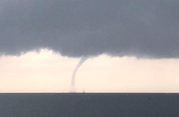 Une trombe marine a été observé ce dimanche matin à Saint-Cyr-sur-Mer.