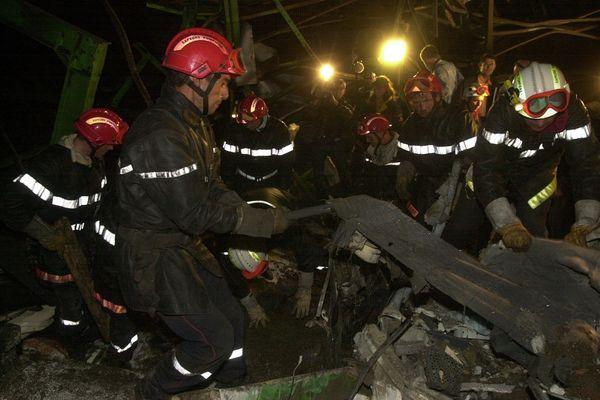 Les sapeur-pompiers dans les décombres de l'usine AZF, à la recherche de survivants, dans la nuit du 21 au 22 septembre 2001.