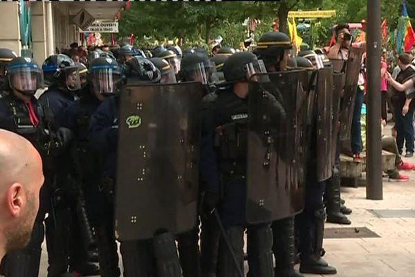 Les policiers ont procédé à trois interpellations. Deux pour des faits de violence sur force de l'ordre et un pour port d'arme.