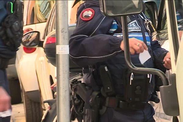 Des policiers municipaux en train de verbaliser un véhicule à Nice.