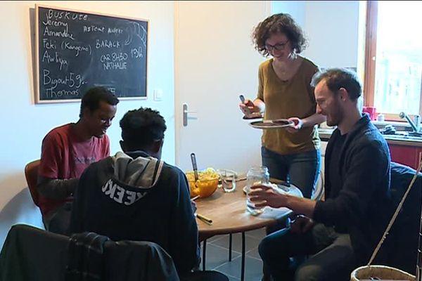 Jérémie et Amandine ont déjà hébergé des migrants trois fois. Ce week-end, ce sont deux jeunes Somaliens à qui ils offrent le repas.