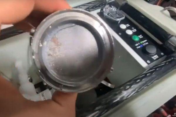 Fabrice Amedeo change le filtre du capteur de microplastiques embarqué à bord de son voilier.
