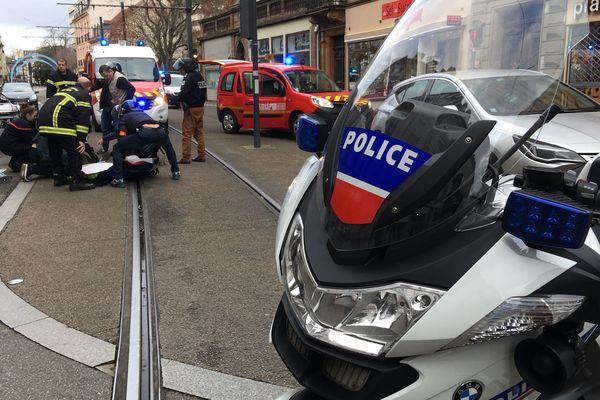 Le policier est gravement blessé.