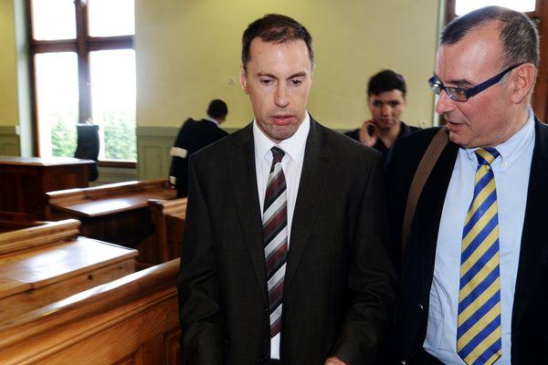 Le moniteur de ski britannique Simon Butler parlant avec son avocat, Jean-Yves Laperiere, après son procès au tribunal de Bonneville le 16 juin 2014.
