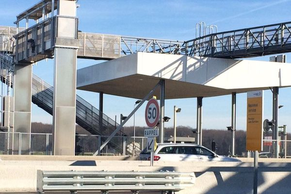 """Les voies """"free flow"""" permettent aux automobilistes de passer aux péages sans badge ni abonnement."""