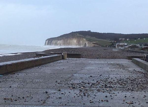 Ce samedi 14 décembre 2019, en Seine-Maritime, le passage des vents est visible, les galets ont été amenés par les vagues jusque sur la promenade.