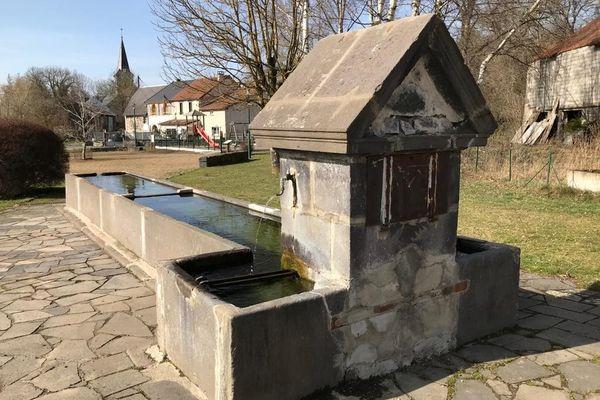 La fontaine de la place Vialle à Ceyssat est l'un des dix éléments de petit patrimoine choisis pour être rénovés à Ceyssat, grâce à un financement multipartite.
