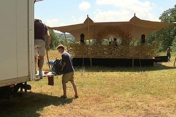 Les bénévoles en plein préparatifs avant le début du festival - Juin 2018