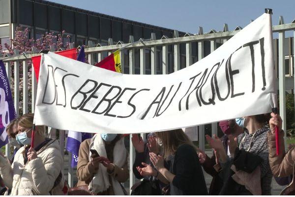 Les professionnels de la petite enfance étaient rassemblés devant la préfecture d'Ille-et-Vilaine ce mardi 30 mars