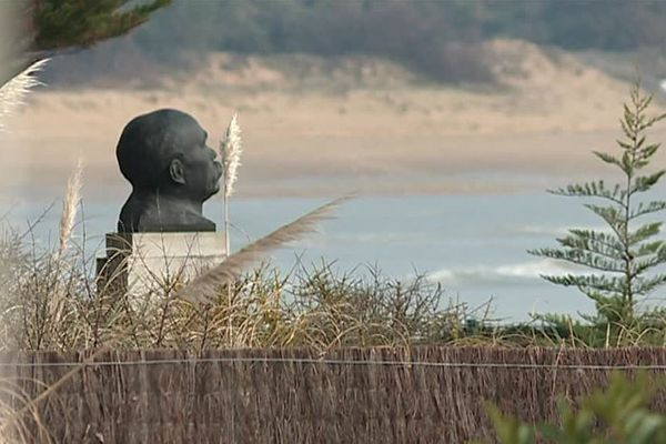 Le buste de Georges Clémenceau devant sa maison de Saint-Vincent-sur-Jard (Vendée)